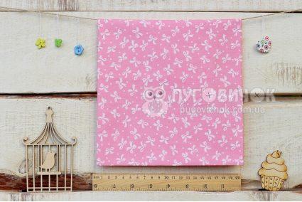 """Тканина """"Бантики білі на рожевому """""""