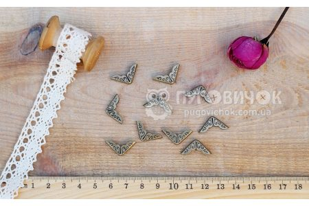 Кутик декоративний 14*14*2мм бронзовий з візерунком
