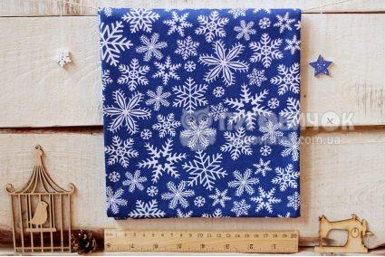 """Тканина польська """"Сніжинки білі"""" на синьому"""